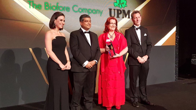 UPM's Sari Mannonen (2nd from right) received the Bioenergy Industry Leader Award from Platts representatives in New York.